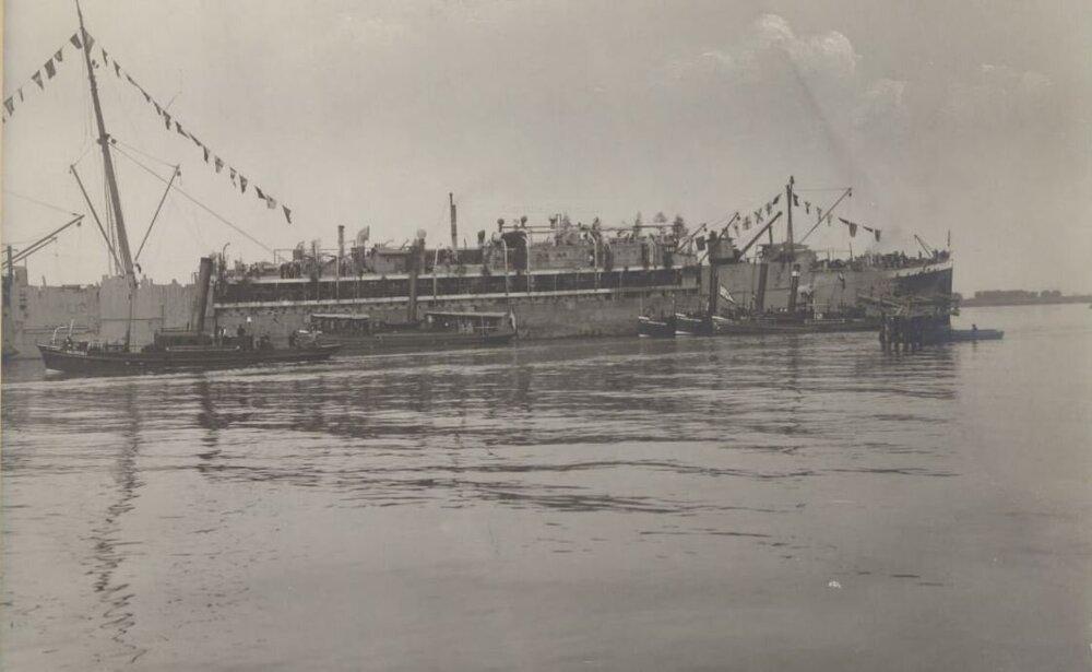 GNEISENAU et tug MULTATULI Anvers 23.5.1917.jpg