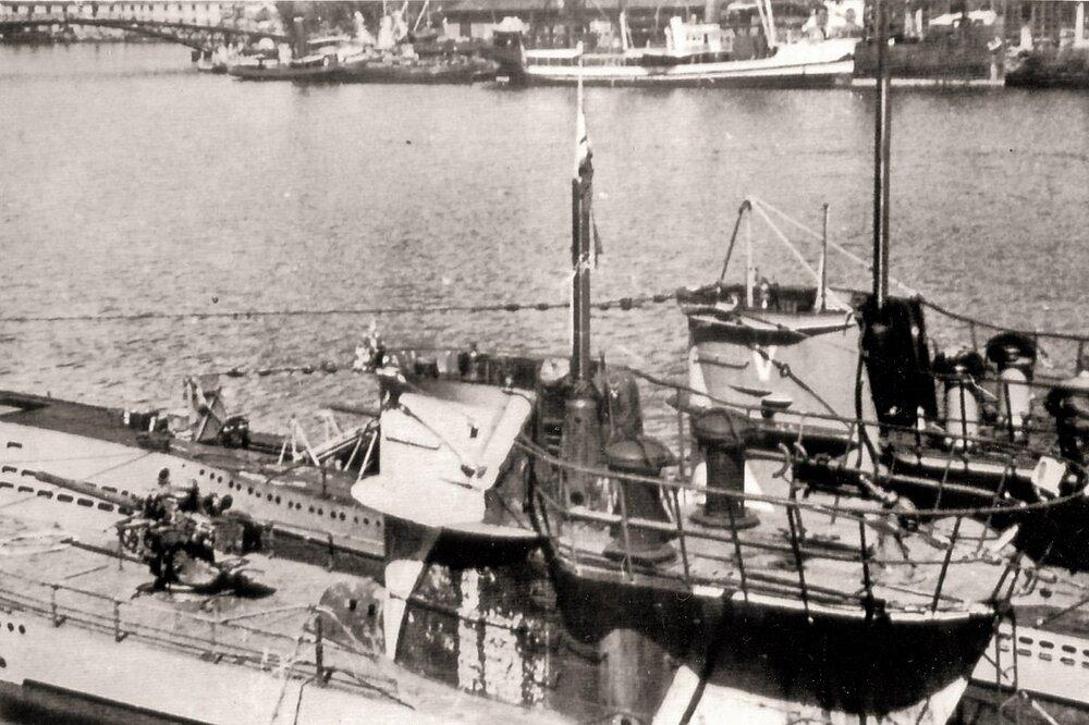GER U 73 & U 561 & ITA Betta 5 (La Spezia 05-09-42) SS MG.jpg